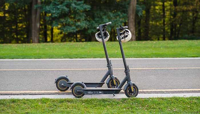 Parkerade elsparkcyklar längs väg