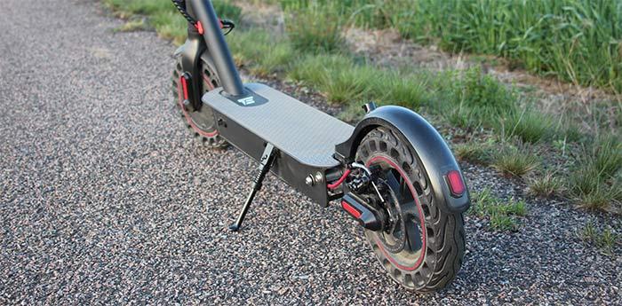 E2S V2 Pro 2021 - Nederdelen av elsparkcykeln där decket är centrerat